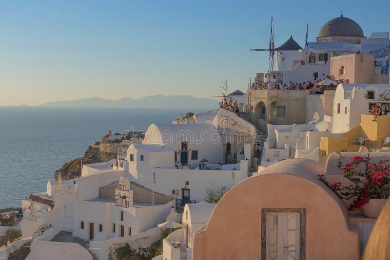 Schöner berühmter Ort des Sonnenuntergangs höchstens von Oia, Santorini Gre lizenzfreie stockfotografie