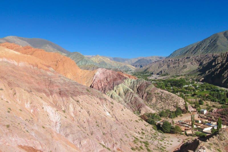 Schöner Berg in Purmamarca-Dorf, Argentinien lizenzfreies stockbild