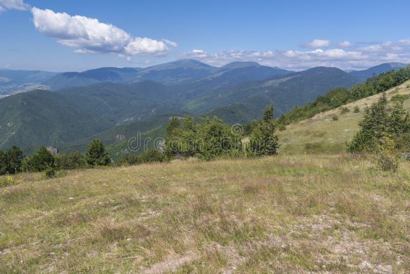 Schöner Bergblick vom Troyan-Durchlauf Troyan Balkan ist außergewöhnlich malerisch und bietet eine Kombination wunderbaren mou an lizenzfreies stockfoto