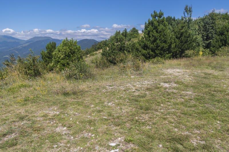 Schöner Bergblick vom Troyan-Durchlauf Troyan Balkan ist außergewöhnlich malerisch und bietet eine Kombination wunderbaren mou an lizenzfreie stockfotografie
