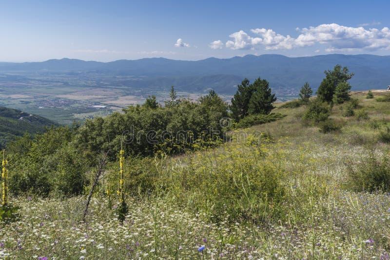 Schöner Bergblick vom Troyan-Durchlauf Troyan Balkan ist außergewöhnlich malerisch und bietet eine Kombination wunderbaren mou an stockfotografie