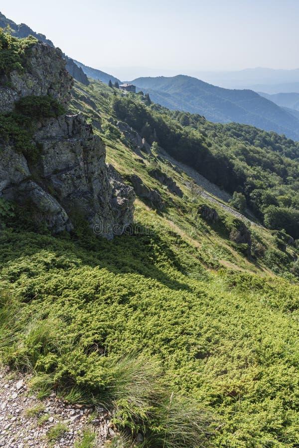 Schöner Bergblick von den Eingängen auf dem Weg zur Eho-Hütte Das Troyan Balkan ist außergewöhnlich malerisch und bietet a an lizenzfreie stockfotografie