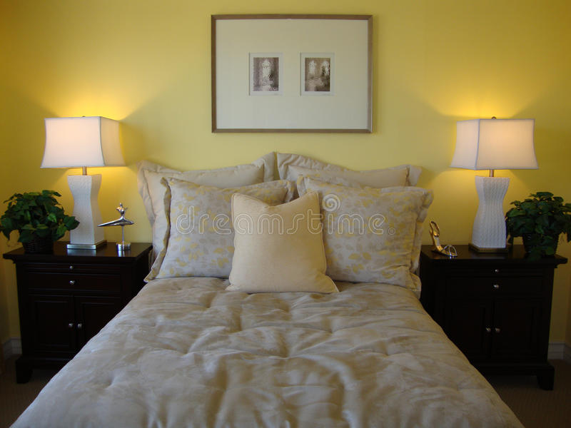 Schöner Bett-Raum lizenzfreies stockfoto