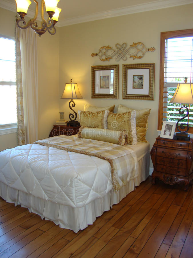 Schöner Bett-Raum lizenzfreie stockfotos