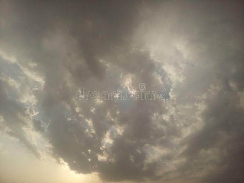 Schöner bewölkter Himmel stockbilder
