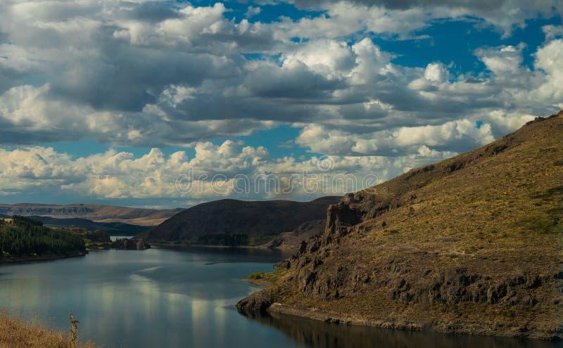 Schöner bewölkter Himmel, die Anden-Berge und Seen lizenzfreies stockfoto