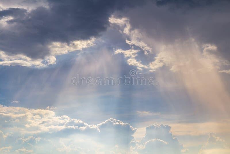 Schöner bewölkter Himmel- und Stromhintergrund lizenzfreies stockbild