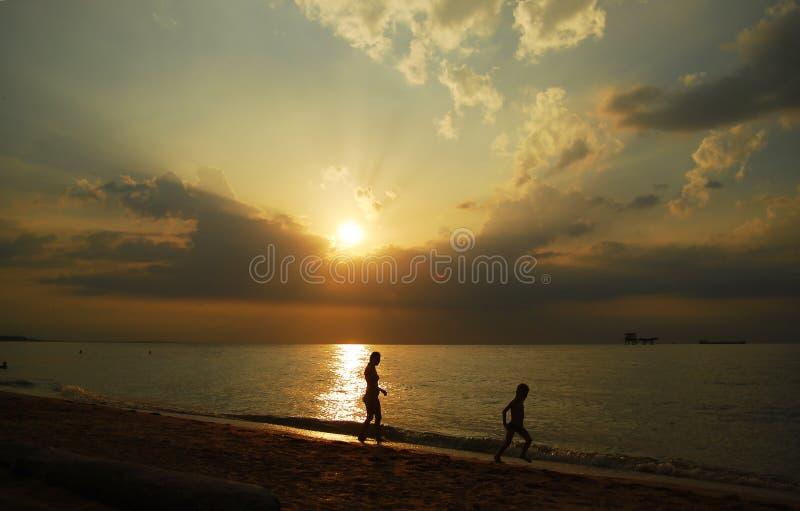 Schöner bewölkter Sonnenuntergang über dem Meer mit den Strahlen, die durch die Wolken glänzen lizenzfreie stockfotografie