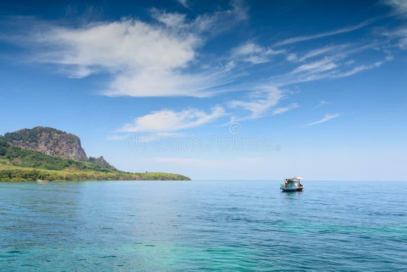 Schöner blauer Himmel mit der Wolke und lokalem Fischerboot, die herein schwimmen stockfotografie