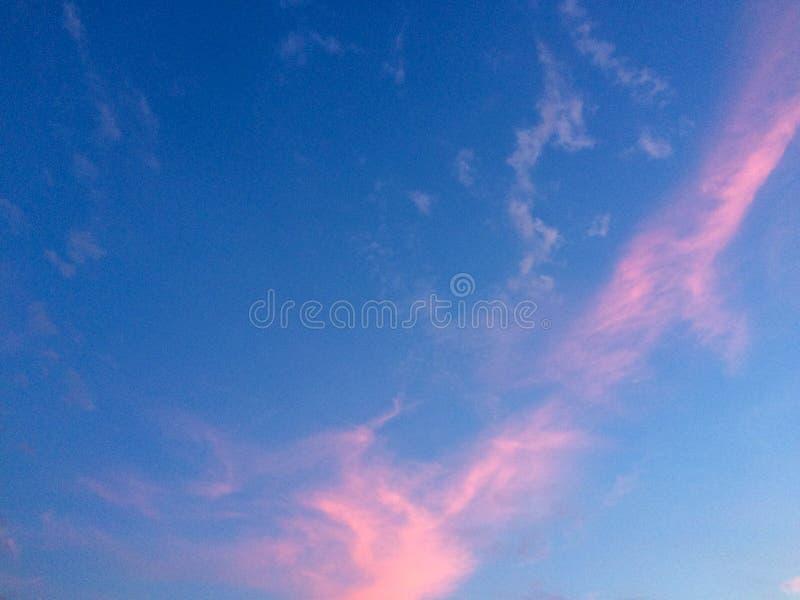 Schöner blauer Himmel mit rosa Wolken stockfoto