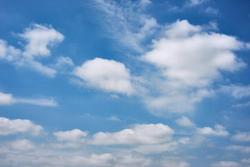 Schöner blauer Himmel mit Wolke als abstraktem Hintergrund lizenzfreies stockbild