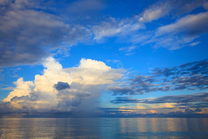 Schöner blauer Himmel mit Wolke scape über blauem Ozeangebrauch als natur stockfotografie