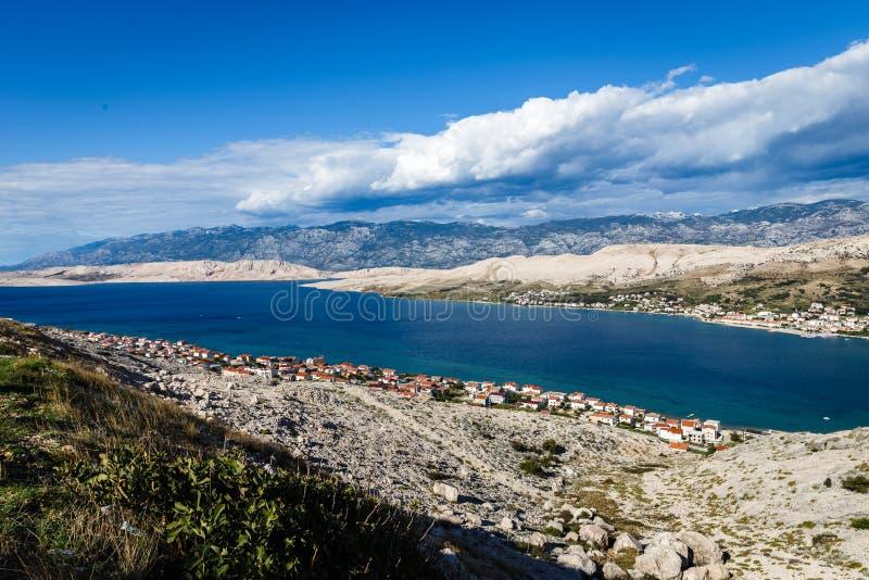 Schöner blauer Himmel mit Wolken über weißen Bergen lizenzfreie stockfotografie