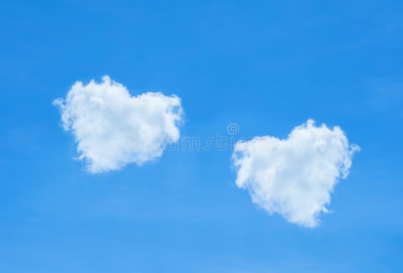 Schöner blauer Himmel und schönes Wolkenherz formen für die Heirat von b lizenzfreies stockfoto