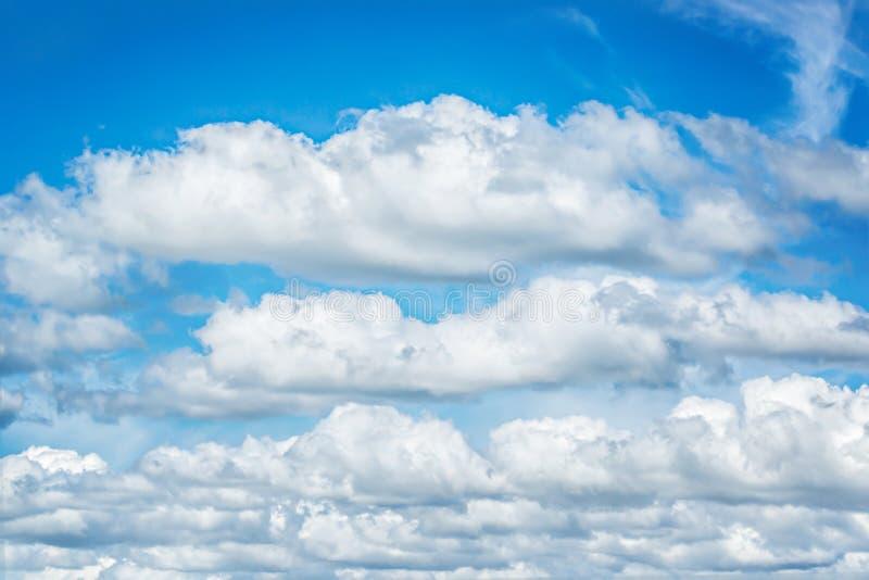 Schöner blauer Himmel- und Weißwolkenhintergrund tapezieren lizenzfreies stockbild