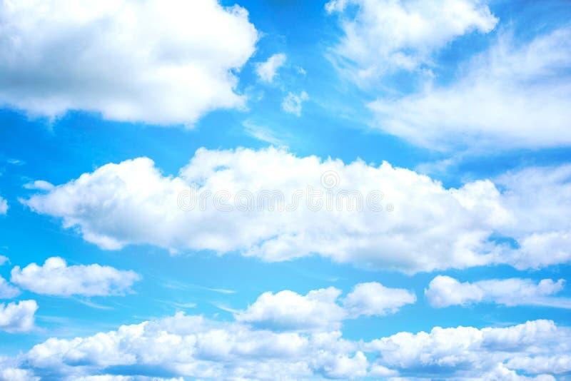 Schöner blauer Himmel- und Weißwolkenhintergrund tapezieren stockbild