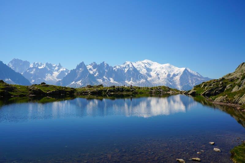 Schöner blauer See in den europäischen Alpen, mit Mont Blanc im Hintergrund stockfoto