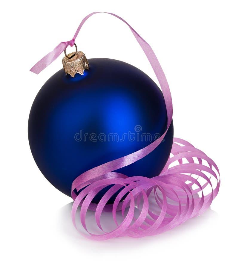Schöner blauer Weihnachtsball mit der rosa Bandnahaufnahme lokalisiert auf einem weißen Hintergrund stockbilder