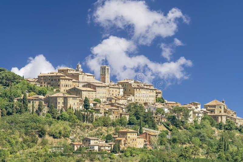 Schöner Blick auf das toskanische Bergdorf Montepulciano, Siena, Italien, an einem sonnigen Tag mit einigen weißen Wolken stockfoto