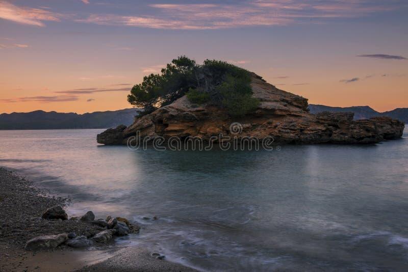Schöner Blick auf den Felsstrand bei Sonnenuntergang stockfotos