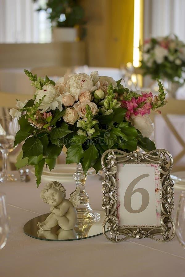 Schöner Blumenblumenstrauß auf verzierter Hochzeitstafel lizenzfreie stockfotografie
