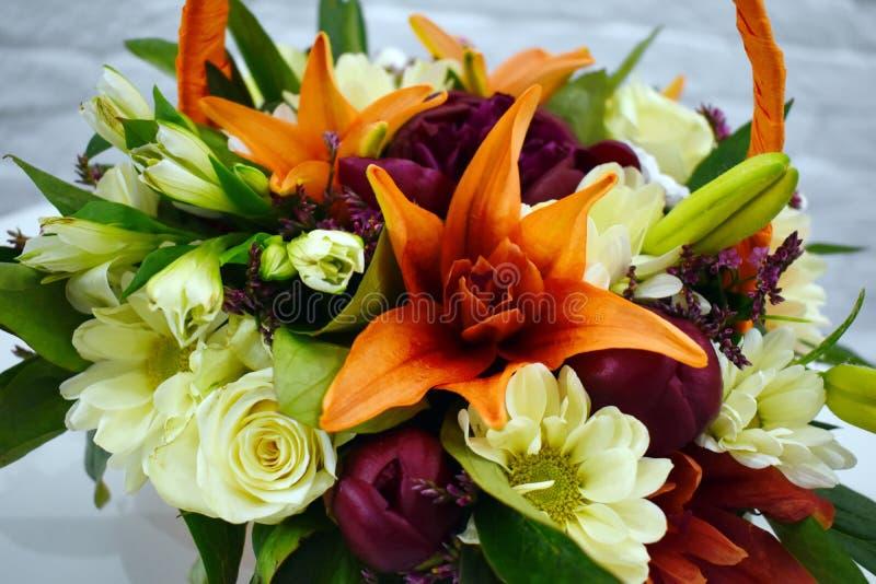 Schöner Blumenkorb auf einer Tabelle lizenzfreies stockbild