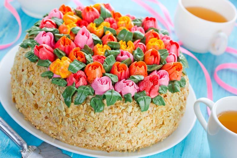 Schöner Blumenkuchen, buttercream Tulpen-Blumenstraußkuchen springti stockfotografie