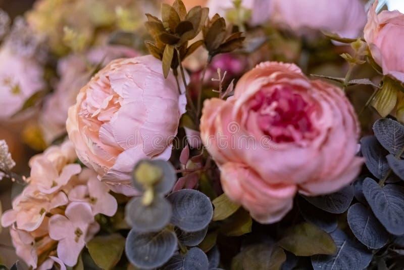 Schöner Blumenstrauß der künstlichen Blumen Bunte künstliche Dekorationen und Dekor stockfoto