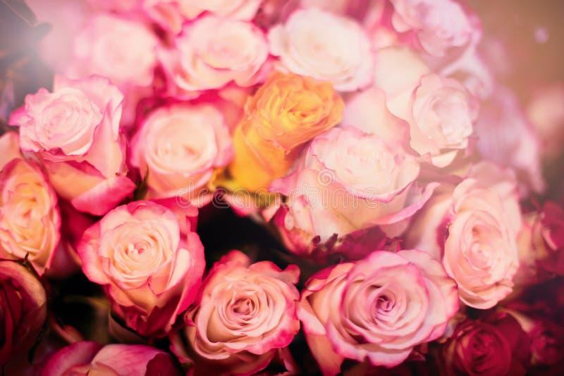 Schöner Blumenstrauß der rosafarbenen Rosen lizenzfreies stockbild