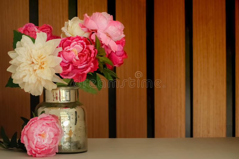Schöner Blumenstrauß mit künstlichen Seidenblumenpfingstrosen im hölzernen Hintergrund der Dose lizenzfreie stockfotos