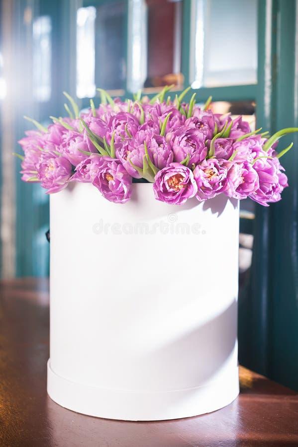 Schöner Blumenstrauß von Blumen in einem runden Hutkasten auf einer Tabelle stockfotografie