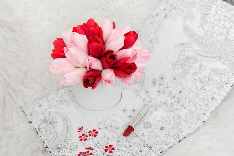 Schöner Blumenstrauß von Blumen in einem runden Hutkasten auf einer Tabelle lizenzfreies stockfoto