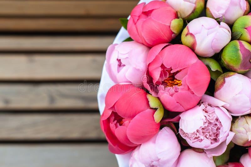 Schöner Blumenstrauß von Blumen in einem runden Hutkasten auf einer Tabelle lizenzfreie stockfotos