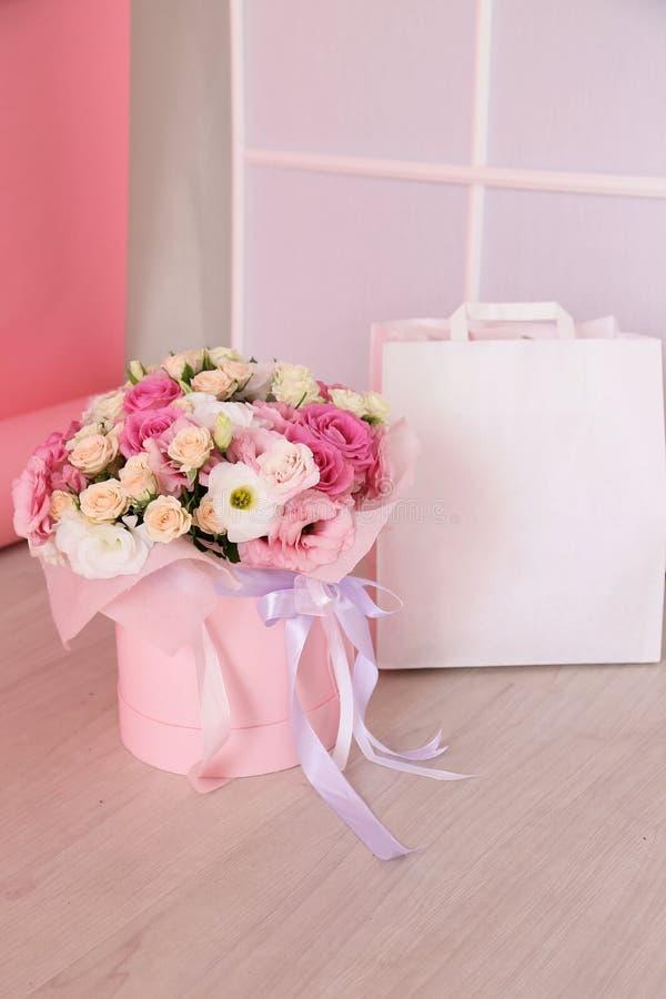 Schöner Blumenstrauß von Frühlingsblumen und von weißer Einkaufstasche lizenzfreies stockbild