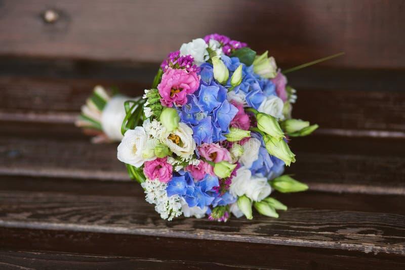 Schöner Blumenstrauß von frischen Blumen Blumen für Braut oder bridesm lizenzfreie stockfotografie