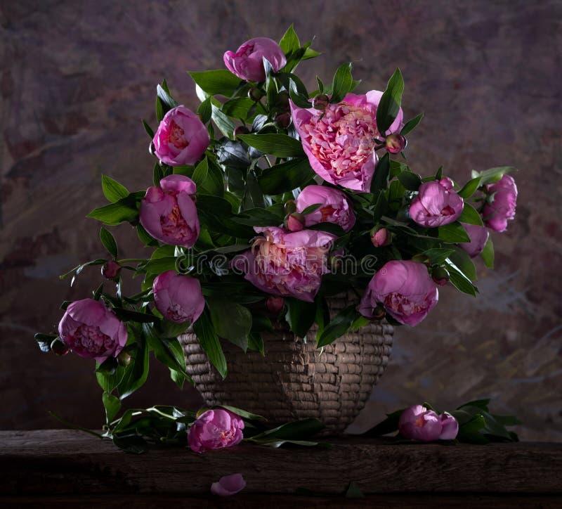 Schöner Blumenstrauß von rosa Pfingstrosen stockbilder