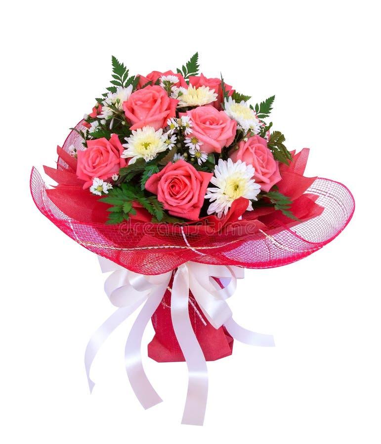 Schöner Blumenstrauß von Rosen und von Gänseblümchen blüht mit rotem Masche wra lizenzfreie stockbilder