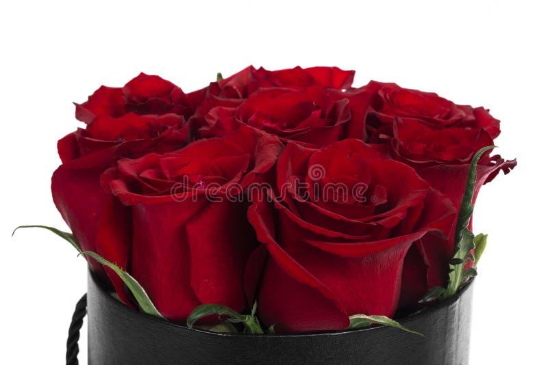 Schöner Blumenstrauß von roten Rosen im Korb lokalisiert lizenzfreies stockbild
