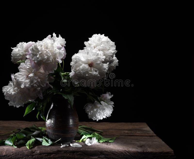 Schöner Blumenstrauß von weißen Pfingstrosen lizenzfreie stockbilder