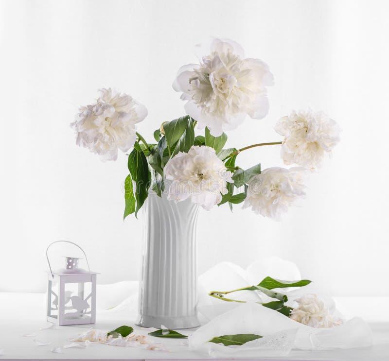 Schöner Blumenstrauß von weißen Pfingstrosen stockfoto