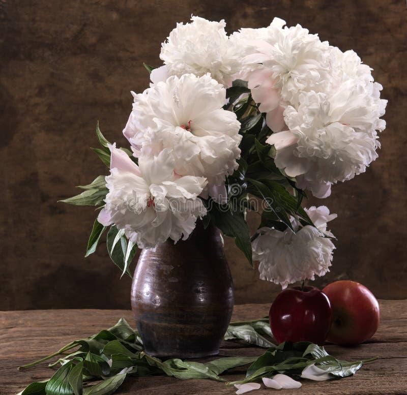 Schöner Blumenstrauß von weißen Pfingstrosen und von Äpfeln stockfoto