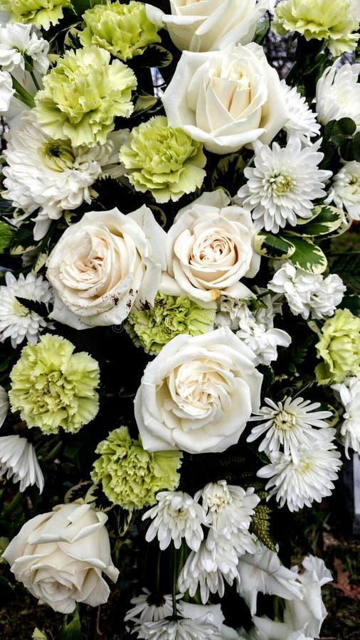 Schöner Blumenstrauß, weiße Rosen und Gartennelken stockfoto