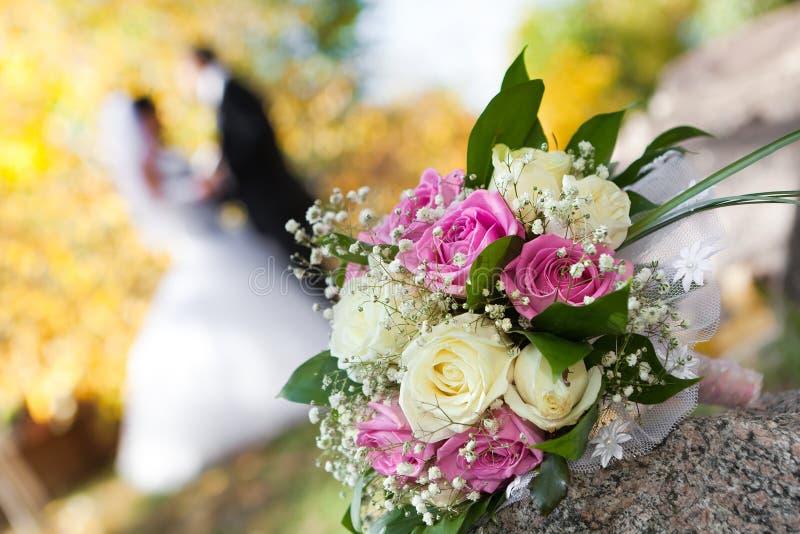 schöner Brautblumenstrauß an einem Hochzeitsfest lizenzfreie stockfotografie