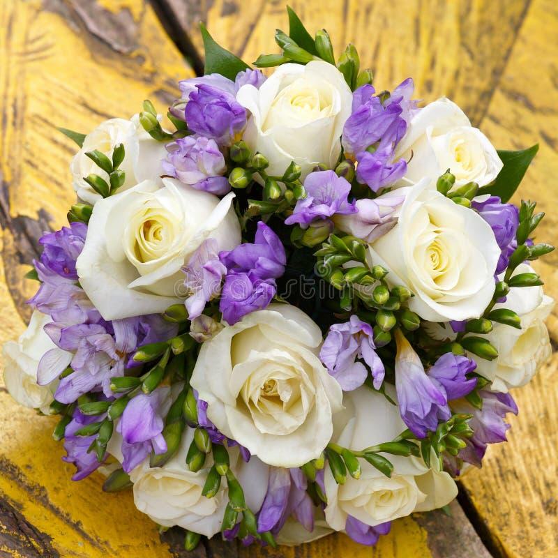 schöner Brautblumenstrauß an einem Hochzeitsfest stockfoto