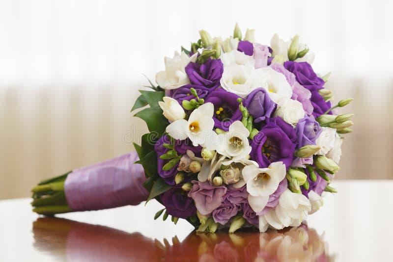 schöner Brautblumenstrauß an einem Hochzeitsfest stockfotografie