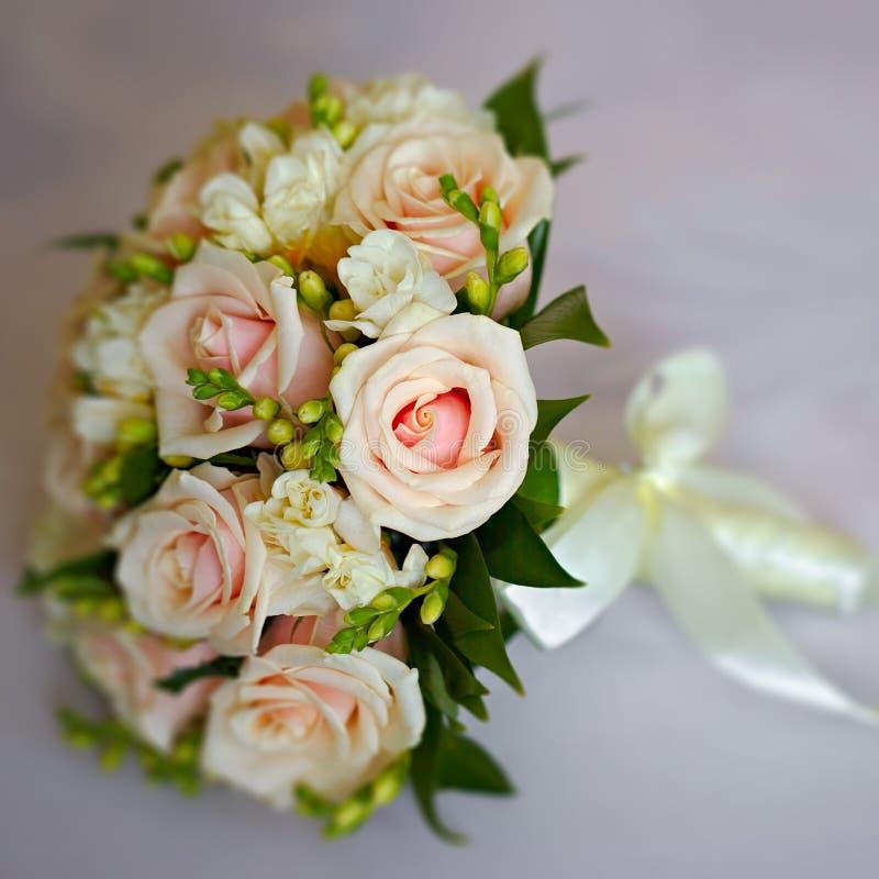 schöner Brautblumenstrauß an einem Hochzeitsfest lizenzfreies stockbild