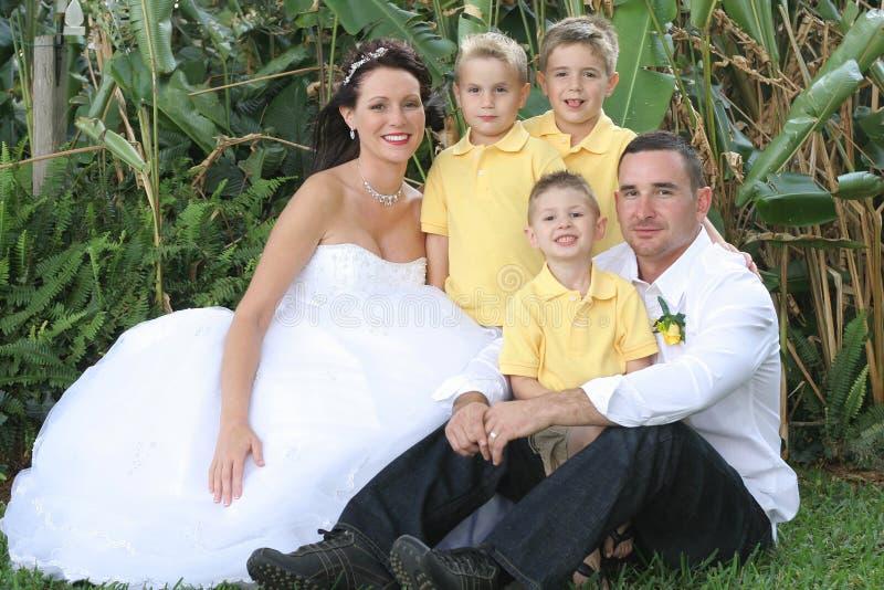 Schöner Brautbräutigam und -kinder stockbild