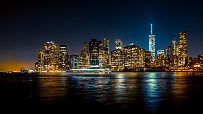 Schöner breiter Schuss einer städtischen Stadt nachts mit einem Boot stockbilder