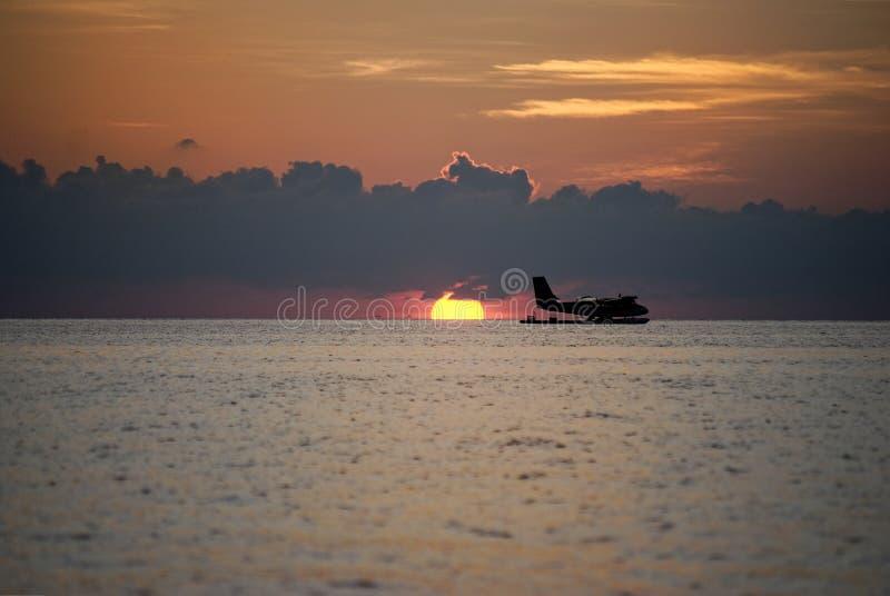 Schöner breiter Schuss eines Wasserhubschraubers auf dem Meer während des Sonnenuntergangs stockfotografie