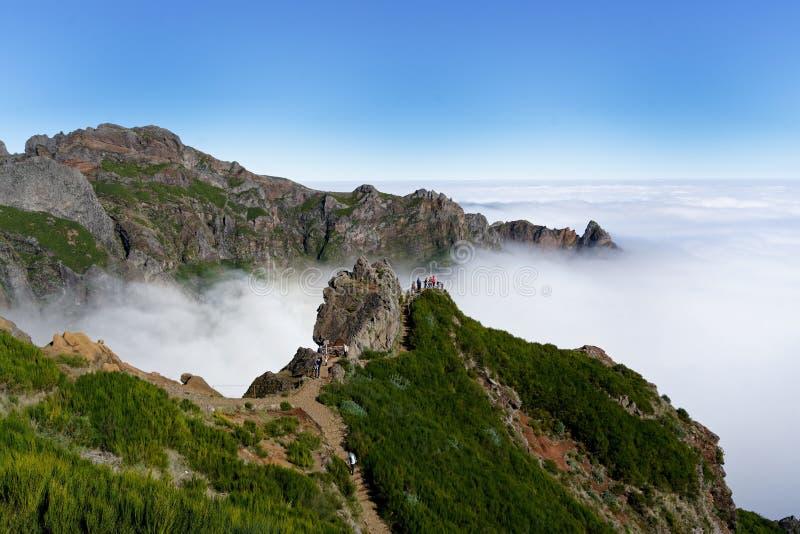 Schöner breiter Schuss von grünen Bergen und von weißen nebeligen Wolken lizenzfreie stockfotos
